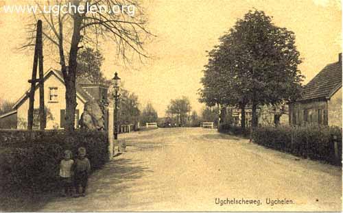 Ugchelseweg vanaf de Ugchelse Kei richting Schoolbeek, collectie W. Essenstam.