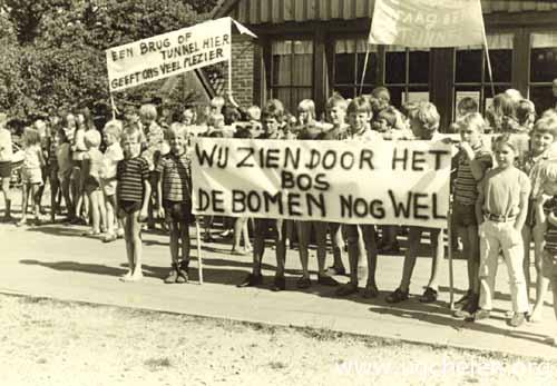 Camping bezoekers protesteren tegen de aanleg van de Europaweg, collectie Dietje Mensing-Geurts.